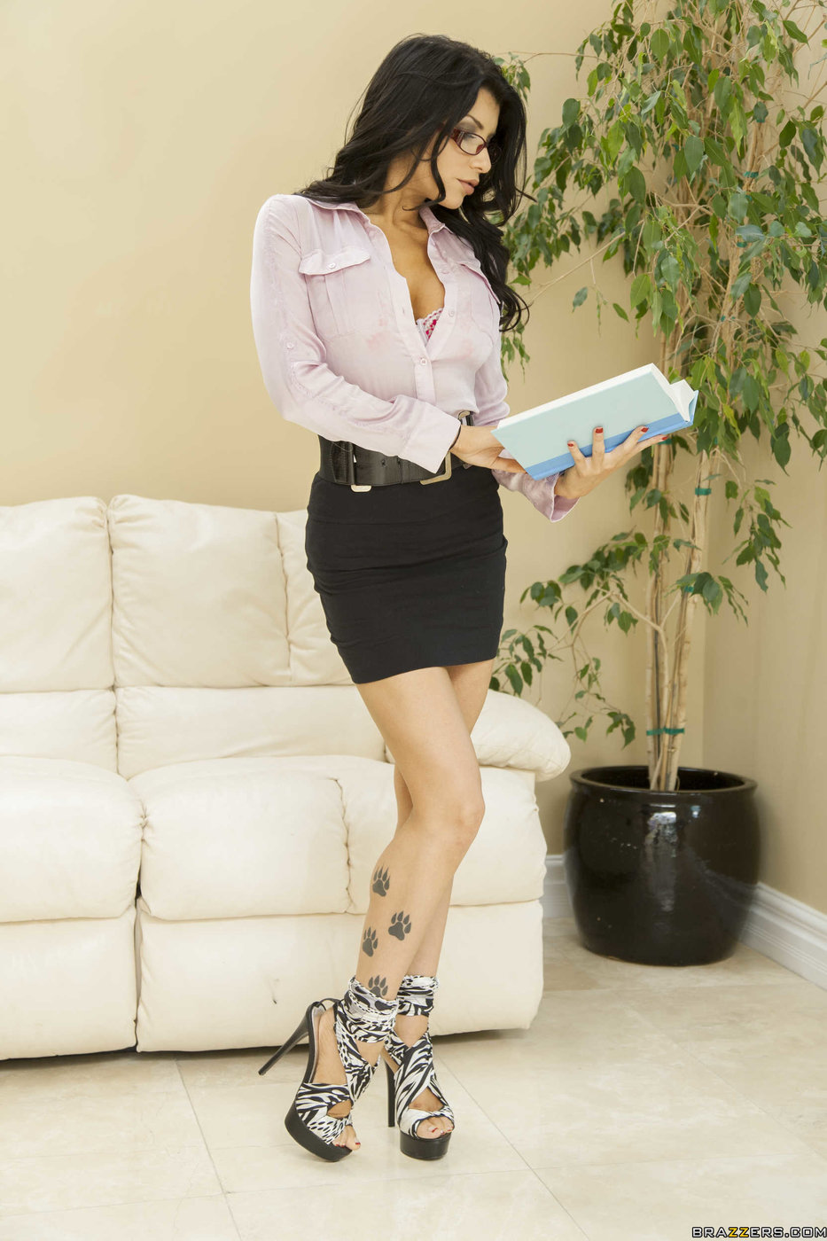 Dark haired female Romi Rain delivers CBT while giving a blowjob № 356729  скачать