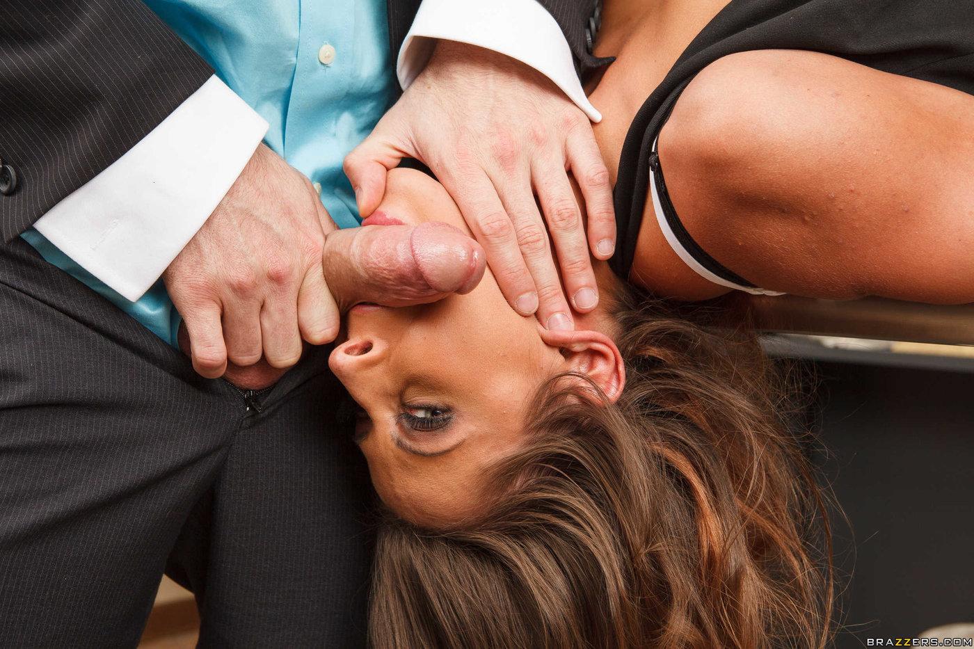 seks-v-ofise-pod-stolom