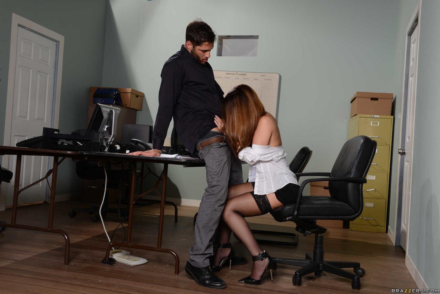 что босс пристает к секретарю порно нужен один нормальный