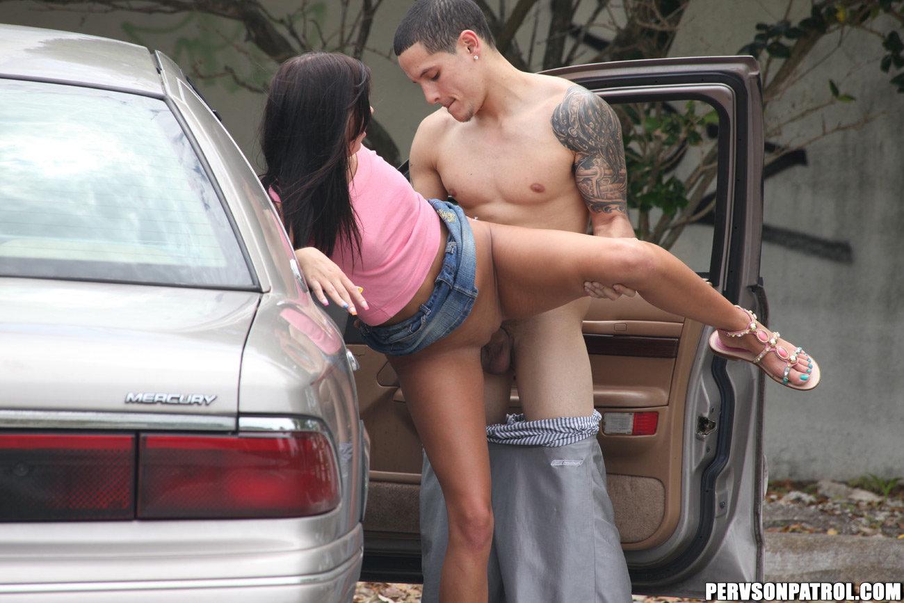 razreshila-foto-seks-szadi-na-parkovki-mashini