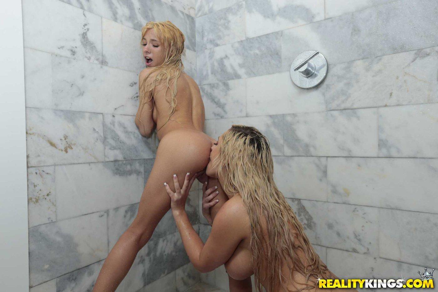 Лесби две блондинки в душе, русское домашнее порно телка кончает в судорогах жесткое